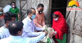 খাদ্য সামগ্রী নিয়ে কর্মহীনদের পাশে দাঁড়ালেন রাঙামাটি জেলা প্রশাসক