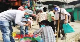 রাঙামাটিতে হ্যান্ড স্যানিটাইজার বিতরণ করছে ছাত্র ইউনিয়ন