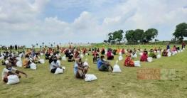 রাজশাহীর চরাঞ্চলের দরিদ্রদের খাদ্য সামগ্রী দিল র্যাব